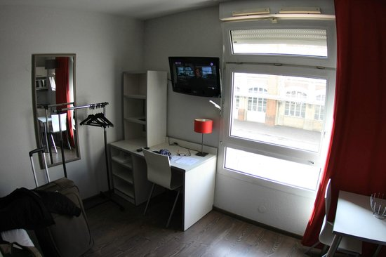 "Residence Hoteliere Temporim Part Dieu: Working space and ""closet"""
