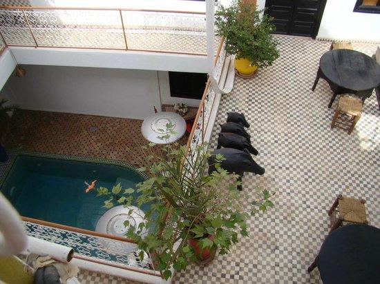 Riad Miliana : Vue sur le RDC (avec la piscine) et le 1er étage depuis la terrasse (2ème étage)