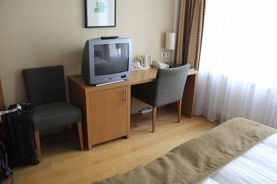 Hotel Reykjavik Centrum : Desk/TV/Minibar