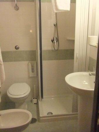 Hotel Primus Roma: 洗面所