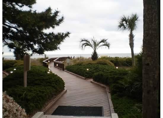 Beach Colony Resort: walkway to beach