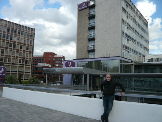 Premier Inn London Putney Bridge Hotel : iNGÅNGEN MOT HOTELLET FRÅN PUTNEY BRIDGE
