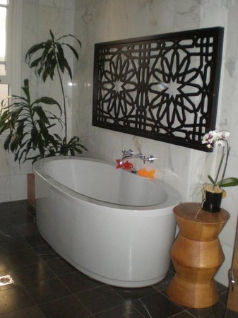 TARA Guest House: Loved the tub!