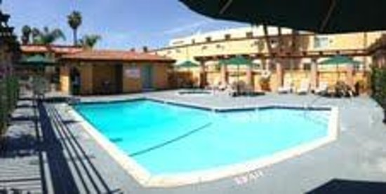 Stanford Inn & Suites: Heated Pool & Spa
