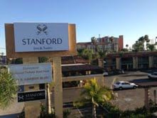 Stanford Inn & Suites: Front Entrance