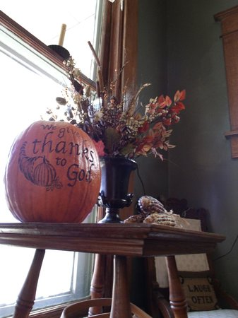 Ashley-Drake Historic Inn and Gardens: Fall in the Inn