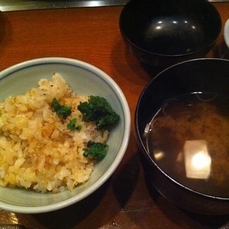 Mon cher ton ton Shinjuku: ガーリックライスに紫蘇の実