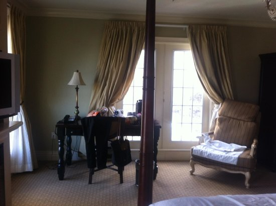 Niagara Crossing Hotel & Spa: Another lovely window by the desk