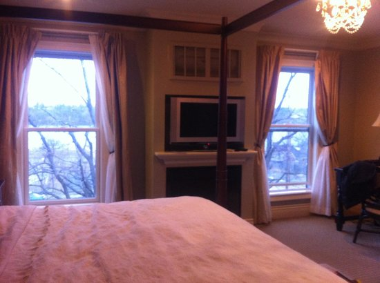 Niagara Crossing Hotel & Spa: Lovely views facing river