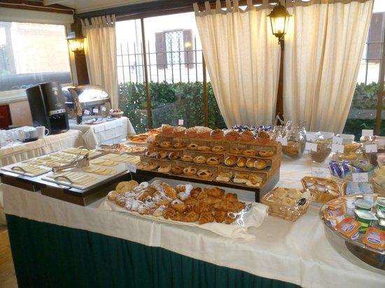 River Chateau Hotel: Breakfast!