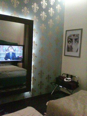 La Prima Fashion Hotel: Televisión incluida en el espejo