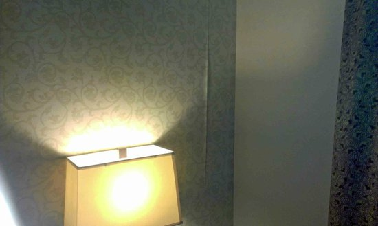 Holiday Inn Express Hotel & Suites Ottawa Airport: Peeling Wallpaper