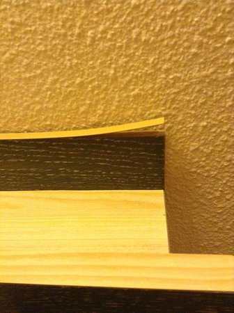 Campanile Issoudun : Top of bed headboard coming apart. A simple glue job would fix this.