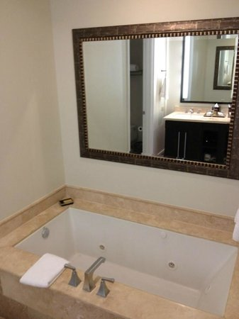 Key West Marriott Beachside Hotel: Large jet tub