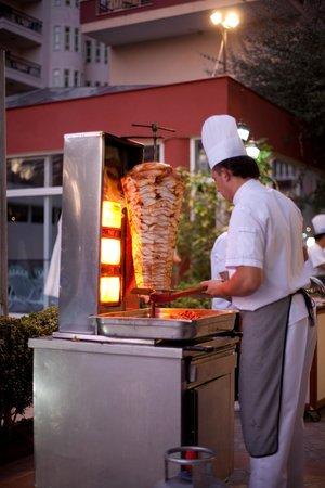 Holiday Park Resort: Очень вкусно готовят мясо повара - кухня прямо в ресторане под открытым небом