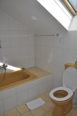 Hotel Schweizerblick : Badezimmer, hell, sauber, freundlich, vielleicht nicht die modernste Farbgebung