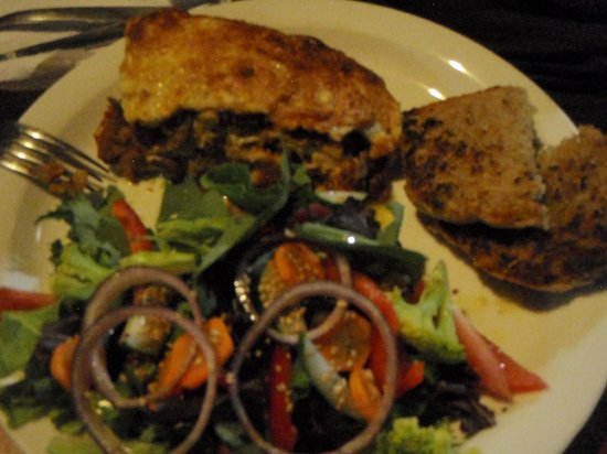 Cafe Campestre: mmmm vegetarian lasagna with homemade garlic bread from their bakery!