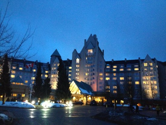 Fairmont Chateau Whistler Resort: Vista da frente do hotel