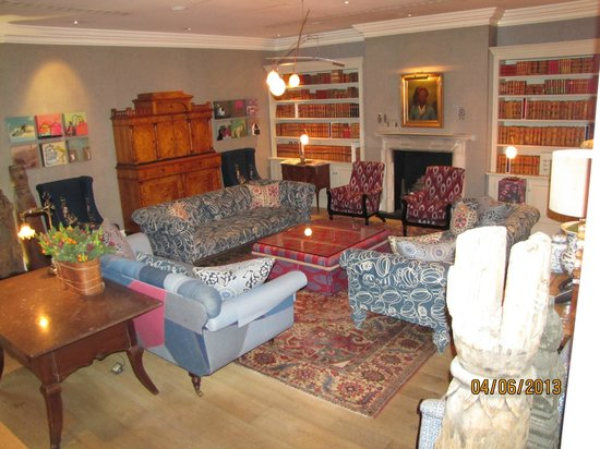Haymarket Hotel: Hotel Library - very inviting