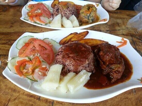 Surf Caribbean Food: Rice and beans con pollo y rice and beans con pescado en Cahuita