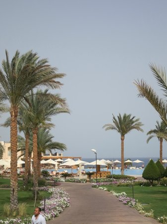 Cleopatra Luxury Resort Sharm El Sheikh: Heading from reception to the beach