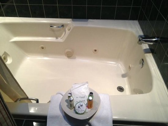 An Inn 2 Remember: Jacuzzi in room