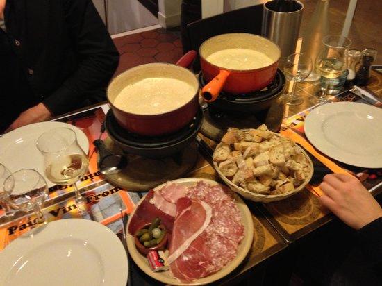 raclette et fondue pour 2 fotograf a de pain vin fromage par s tripadvisor. Black Bedroom Furniture Sets. Home Design Ideas