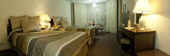 Hotel Real Plaza: Habitación con dos camas matrimoniales