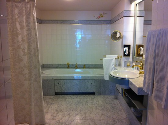 Antonius Hotel: Huge bathroom with shower and bath tub