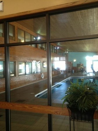Econo Lodge Inn & Suites: POOL VIEW FROM OUR LOBBY