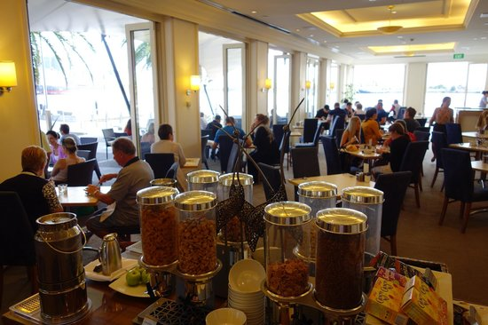 Crowne Plaza Newcastle: Breakfast in the restaurant