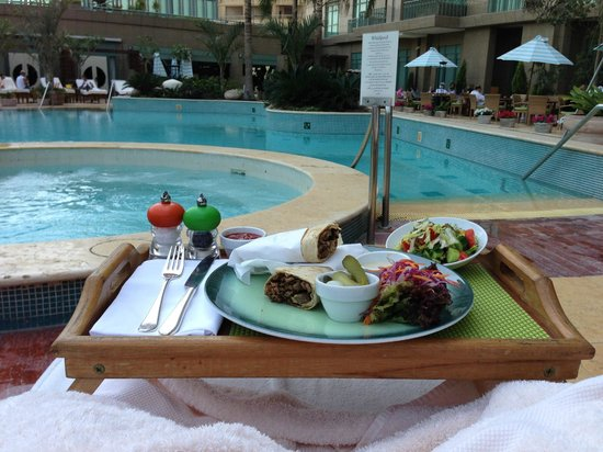 Four Seasons Hotel Cairo at Nile Plaza: A poolside lunch