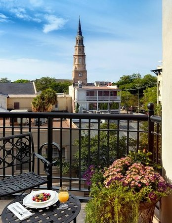 French Quarter Inn: Dining on the Second Floor Breakfast