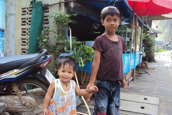 Saithong Resort: local kids