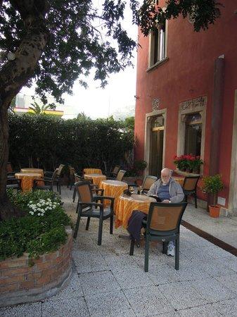 Villa Astoria: Garden sitting area