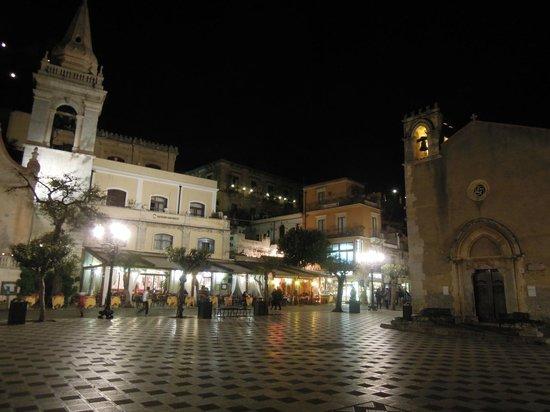 Villa Astoria: Taormina by night