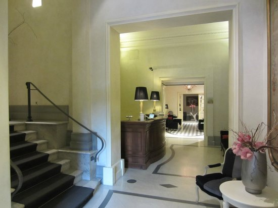 Hotel Alpi: Loby and stairs to lift in forground