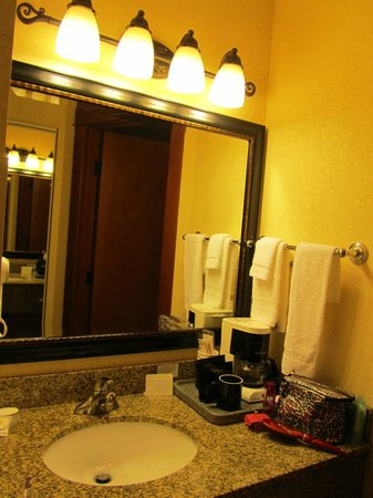 Comfort Inn and Suites by Seaside Convention Center/Boardwalk: Vanity in bathroom
