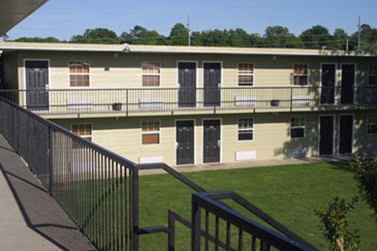 DayBreak Suites Extended Stay: Central Courtyard for family fun & picnicking!