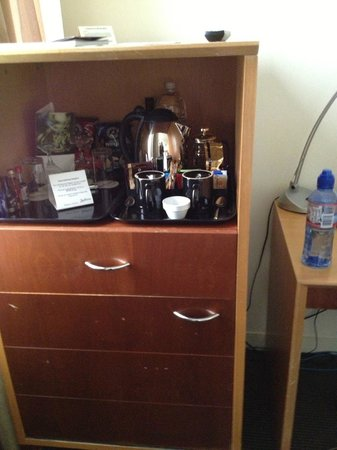 Radisson on Flagstaff Gardens: Coffee station (mini bar in cupboard underneath)