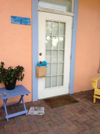 Old Colorado Inn: Bagel and paper on the doorstep each morning