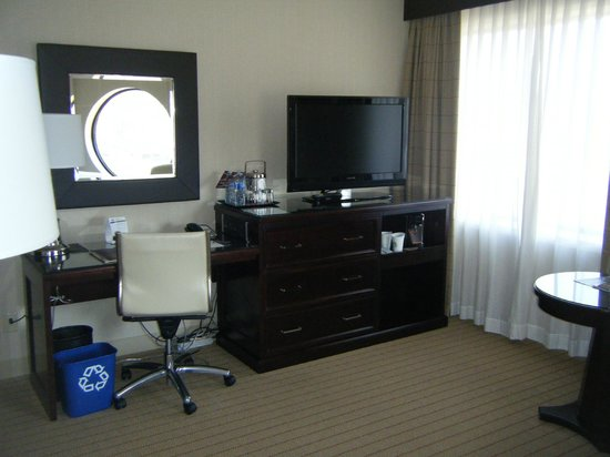Sheraton Hotel Newfoundland: TV & Desk