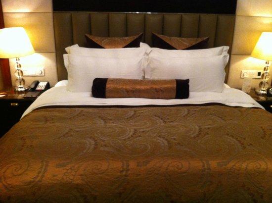 Wyndham Grand Plaza Royale Hangzhou: Plush bed