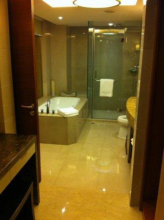 Wyndham Grand Plaza Royale Hangzhou: Bathroom with a vanity area