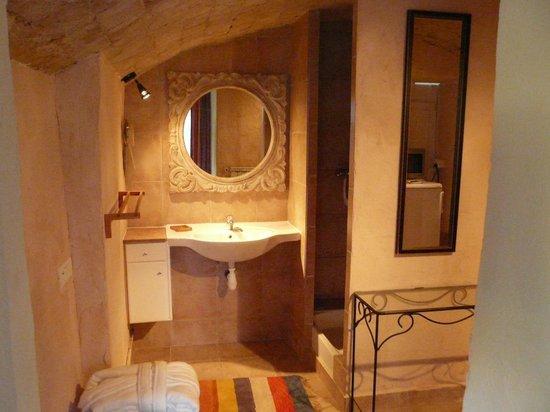 Salle de bain picture of rue des joyeux marseille for Salle de bain marseille