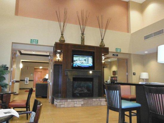 Hampton Inn & Suites Folsom : Breakfast Area and lounge