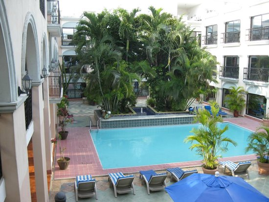 Hotel Doralba Inn: Rear courtyard with pool surrounded by new section rooms.