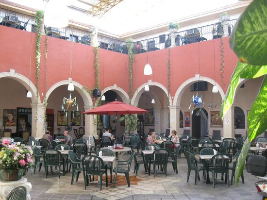 Hotel Doralba Inn: Front courtyard with old section rooms above.