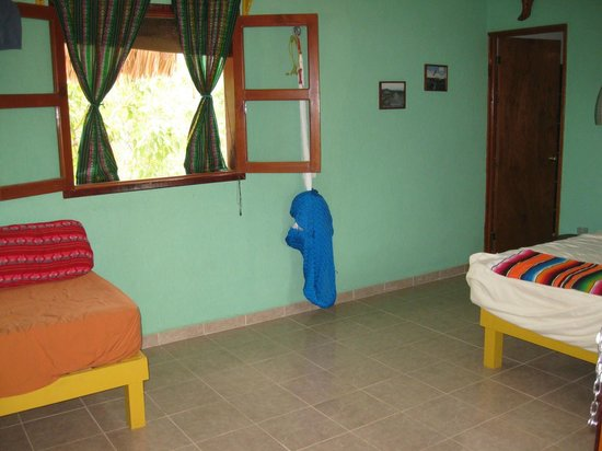 Dos Ojos Lodge : Our room, had a double bed and single bed and bath.