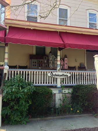 Antoinette's Apartments and Suites: Front of House